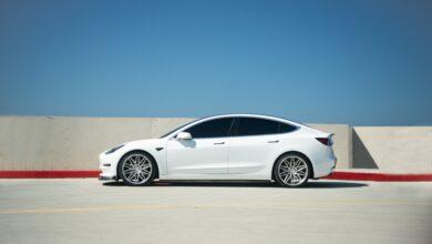 Čínská vláda omezuje provoz automobilů Tesla na území svých armádních pozemků